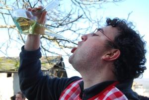 bebiendo en porrón